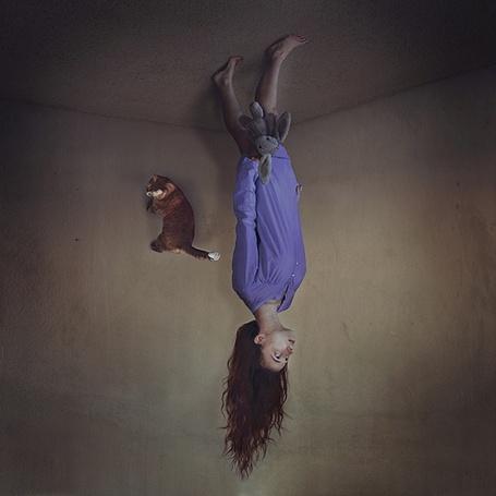 Снится что хожу по потолку