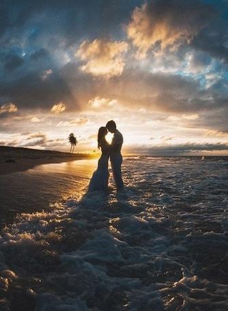 Фото Влюбленная пара на берегу моря