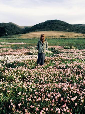 Фото Девушка стоит на поляне посреди цветов (© REINA), добавлено: 06.06.2013 20:34