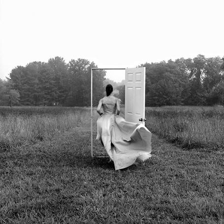 Фото Девушка вбегает в открытую дверь, находящуюся в поле, фотограф Rodney Smith / Родни Смит (© The Lord of Time), добавлено: 07.06.2013 08:55