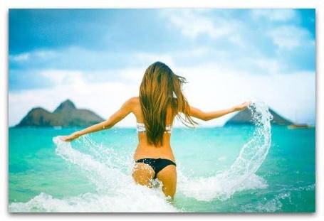 Фото Девушка купается в море