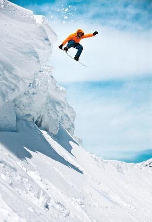 Фото Сноубордист в полете на фоне неба