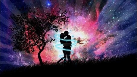 Фото Парень и девушка целуются около одинокого дерева