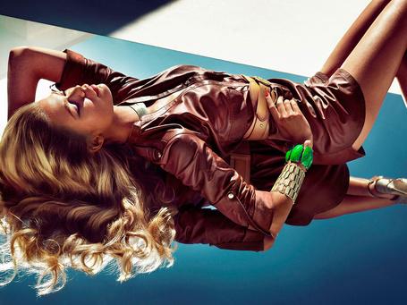 Фото Модель Надин Вольфбессер / Nadine Wolfbeisser лежит на зеркальном полу в рекламной кампании бренда Guess by Marciano / Гесс от Марчиано