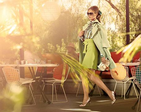 Фото Российская модель Анна Вялицына в зеленом наряде идет между столиками в кафе в рекламе бренда Louis Vuitton Cruise Collection 2011 / Луи Витон Круиз Коллекшн 2011