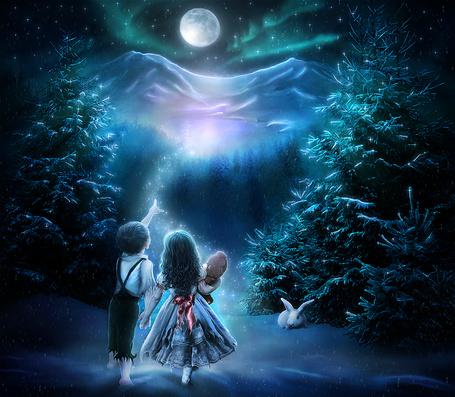 Фото Мальчик и девочка у которой в руках плюшевый мишка, гуляют по ночному лесу и смотрят на полную луну и северное сияние, автор ChristabelleLAmort