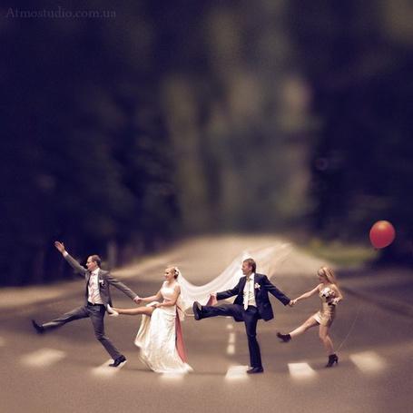 Фото Жених с невестой и двое свидетелей танцуют на переходе, фотограф Галина Добрыдина / Galina Dobrydina