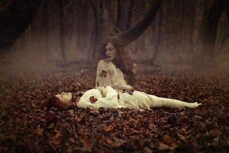 Фото Душа девушки отделилась от тела, лежащего в осеннем лесу, фотограф Maja Topcagic