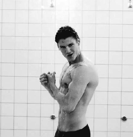 Фото Актер Sean Henry Faris / Шон Генри Фэрис, напрягает бицепсы в душе (© Seona), добавлено: 14.06.2013 03:27