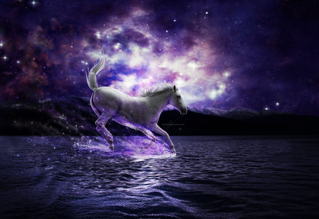Фото Белый конь скачет по поверхности моря в окружении гор и космического звездного неба, фотоарт falitna