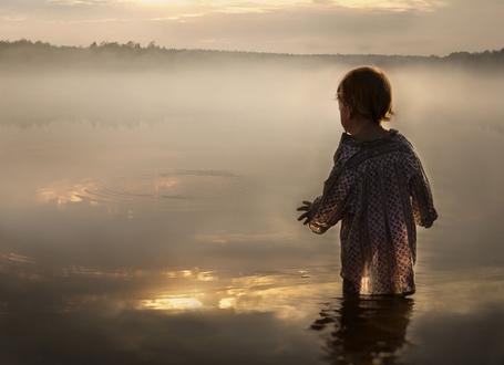 Фото Маленький ребенок в длинной рубашке стоит в воде, вокруг туман, фотограф Elena Shumilova / Елена Шумилова