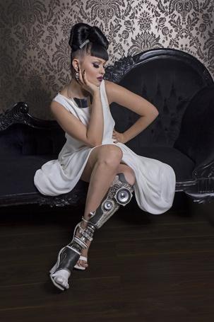 Фото Певица Viktoria Modesta / Виктория Модеста, с дизайнерским протезом от Sophie de Oliveira Barata / Софи де Оливейра Барата, сидит на диване