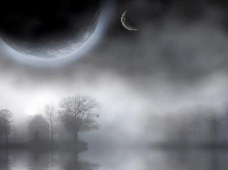 Фото Туман на озере, на небе видны луна и планета, на берегу деревья и домик