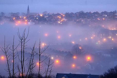 Фото Фонари вечернего города светят сквозь туман