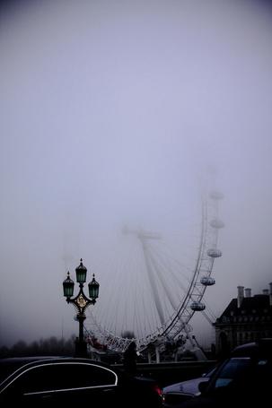 Фото Колесо обозрения Лондонский глаз / London Eye в Лондоне, Великобритания / London, United Kingdom, в тумане, рядом стоят машины