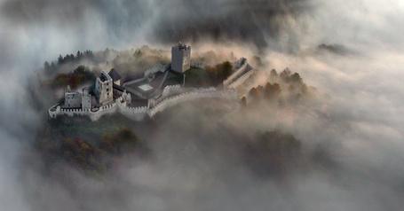 Фото Замок, стоящий среди деревьев, окутанный туманом (© chucha), добавлено: 21.06.2013 22:48