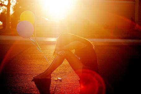 Фото Девушка сидит на дороге с воздушными шарами