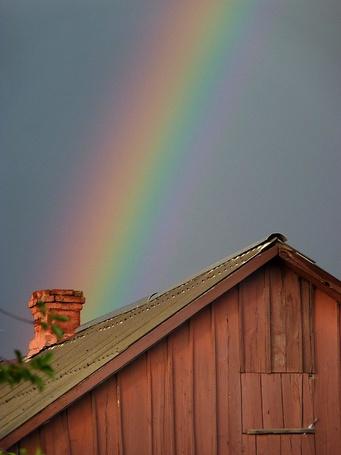 Фото Крыша деревянного дома, на небе радуга (© liimoon), добавлено: 20.06.2013 23:27