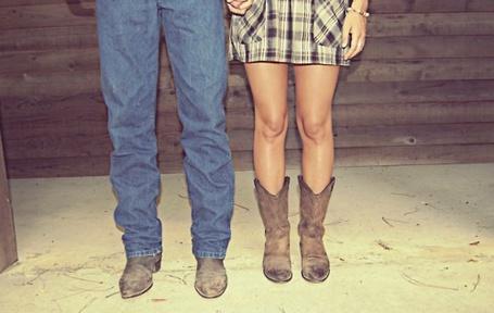 Фото Девушка с мужчиной стоят рядом около деревянной стены
