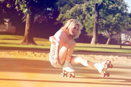 Фото Девушка катается на роликах