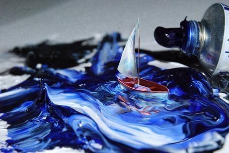 Фото Нарисованный кораблик, плывущий в масляной краске