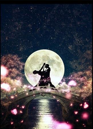Фото Силуэт танцующей пары на мосту на фоне полной луны
