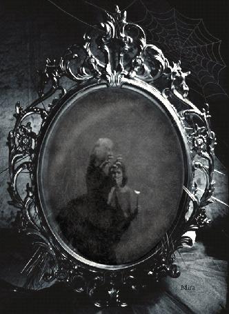 Фото В зеркале виден дом в ночи, раскат молний, автор Mira / Мира