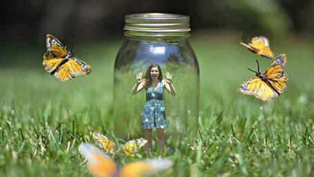 Фото Девушка в банке, окруженная желтыми бабочками
