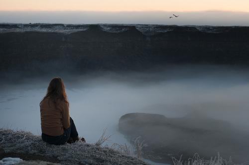 Если во сне вы стоите на краю обрыва, но не падаете — значит, какое-то начинание или дело в вашей жизни является довольно рискованным, однако вы чувствуете себя в безопасности и уверены, что сможете справиться.
