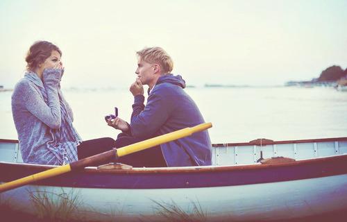 девушка с парнем на лодке видео