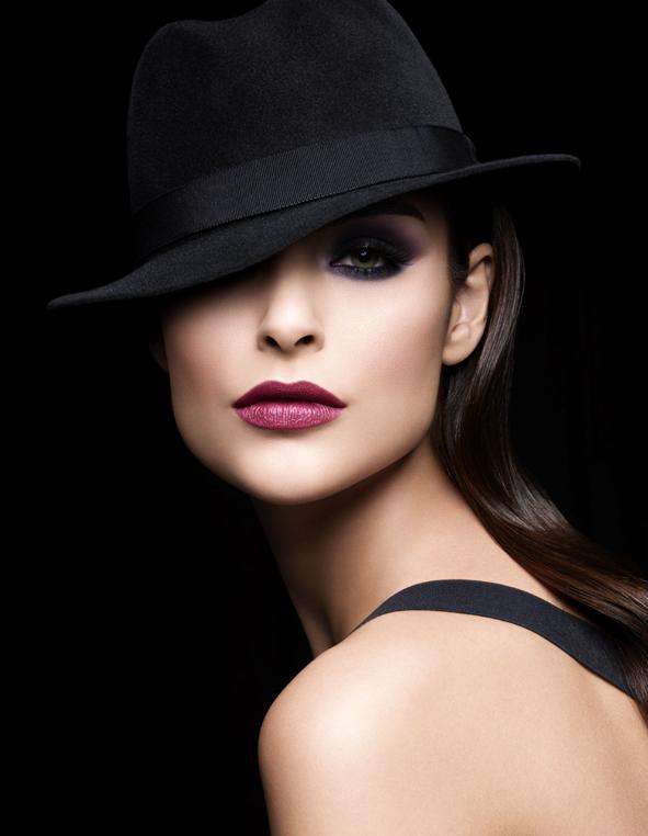 Фото девушка в черной шляпе и красивым
