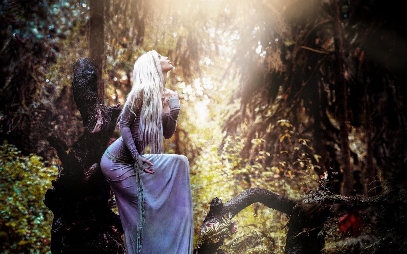 Картинка девушки с длинными светлыми волосами