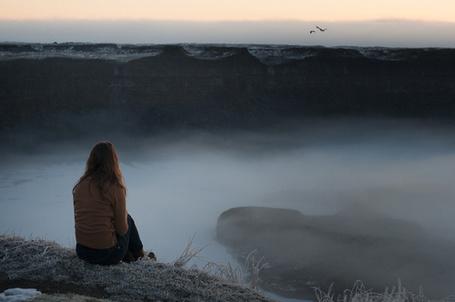 Фото Девушка сидит на краю горы (© Seona), добавлено: 02.07.2013 17:41