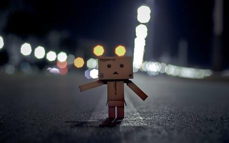 Фото Картонный человечек Данбо / Danbo cтоит посреди дороги