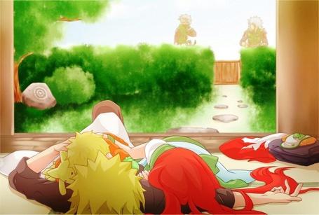 Фото Кушина, Минато и Наруто / Kushina, Minato and Naruto лежат на полу в доме на заднем плане идет дорога к забору, арт по аниме Наруто / Naruto