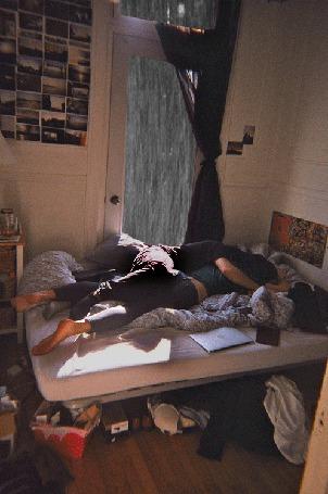 Фото Мужчина с девушкой лежат на кровати, за окном идет дождь