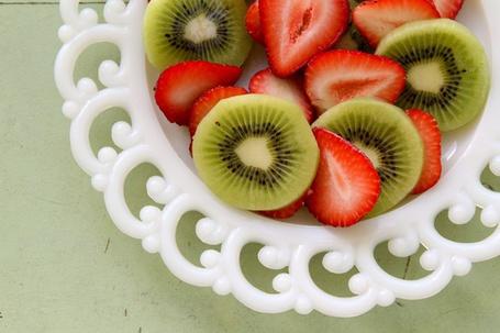 Фото Нарезанная клубника и киви в белой тарелке (© ), добавлено: 07.07.2013 08:15