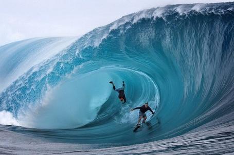 Фото Мужчины занимаются серфингом