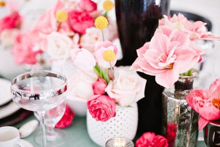 Фото Праздничный стол с бокалами и букетами из роз и лилий в вазочках (© Кофе мой друг), добавлено: 10.07.2013 16:20