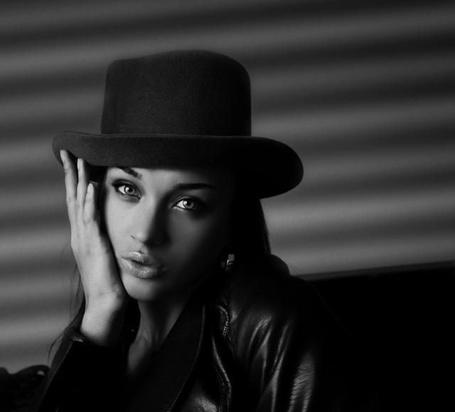 Фото Девушка в шляпе держит руку у лица, работа Lora Parmer / Лоры Пармер (© Taira), добавлено: 11.07.2013 07:04