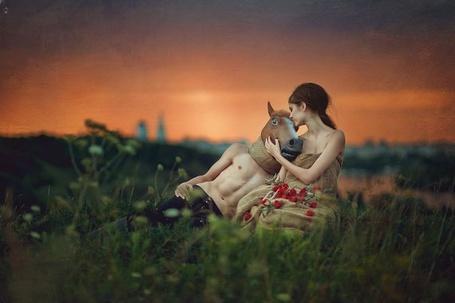 Фото Девушка обнимает парня в поле, на которого надета голова лошади, фотограф Nikolai Tikhomirov / Николай Тихомиров