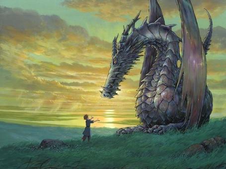 Фото Мальчик тянет руки к дракону на фоне красивого неба с тучами и моря