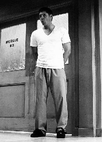 Фото Актер Дженсен Эклз / Jensen Ackles в роли Дина Винчестера / Dean Winchester, стоит возле двери морга, момент из сериала Сверхъестественное / Supernatural