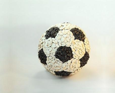 Фото Футбольный мяч изготовлен из белых и черных семечек