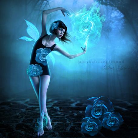 Фото Девушка - фея с огненным сиянием в руках