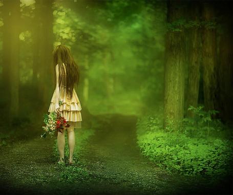 Фото Девушка с букетом листьев идет по зеленому лесу, фотограф Patty Maher