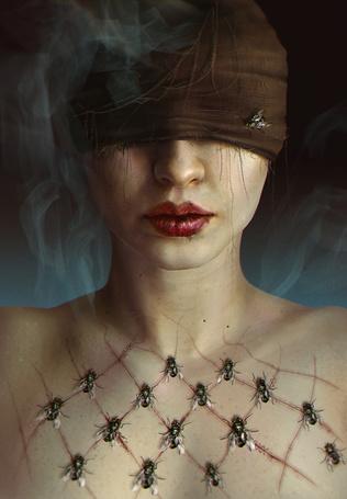 Фото Девушка с порезами на груди и завязанными глазами на которых сидят мухи