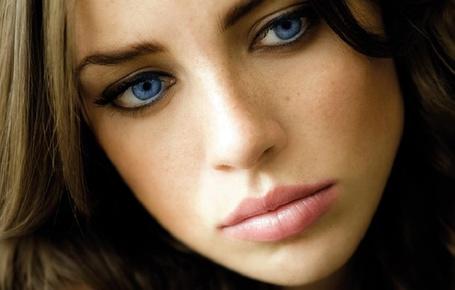 Фото Девушка с русыми волосами и голубыми глазами с веснушками на лице