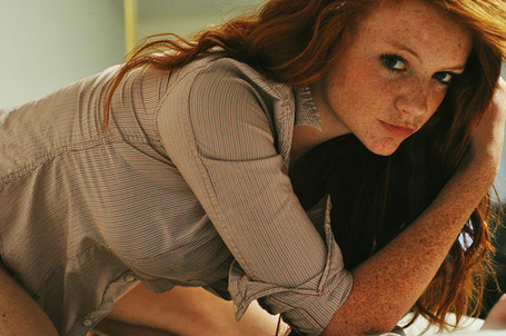 Фото Девушка с рыжими волосами и веснушками нагнулась (© Amourka_love), добавлено: 29.07.2013 22:04