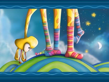 Фото Жираф, наклонившись, смотрит на свои ноги, которые одеты в разноцветные гольфы